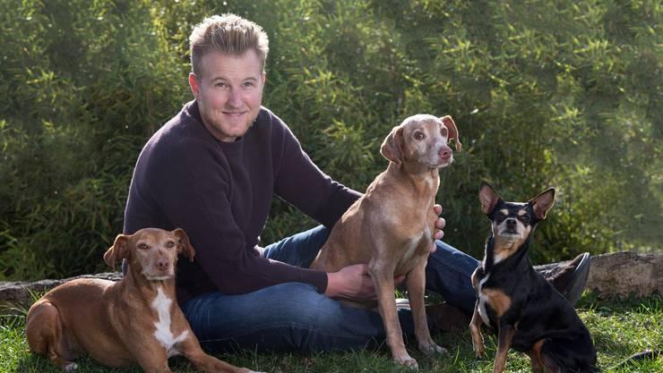 Felix Bertram mit drei seiner elf Hunde. Er fand nur mit Mühe ein Hotelzimmer und musste eine Reinigungs-End-Pauschale zahlen.