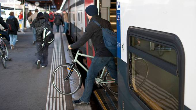 Die Zugfahrt mit dem Velo verlangt eine sorgfältige Planung im Voraus. So klappt es.