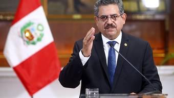 HANDOUT - Manuel Merino, Übergangspräsident von Peru, gibt in einer Fernsehansprache aus dem Präsidentenpalast seinen Rücktritt bekannt. Foto: Luis Iparraguirre/AP/dpa - ACHTUNG: Nur zur redaktionellen Verwendung und nur mit vollständiger Nennung des vorstehenden Credits