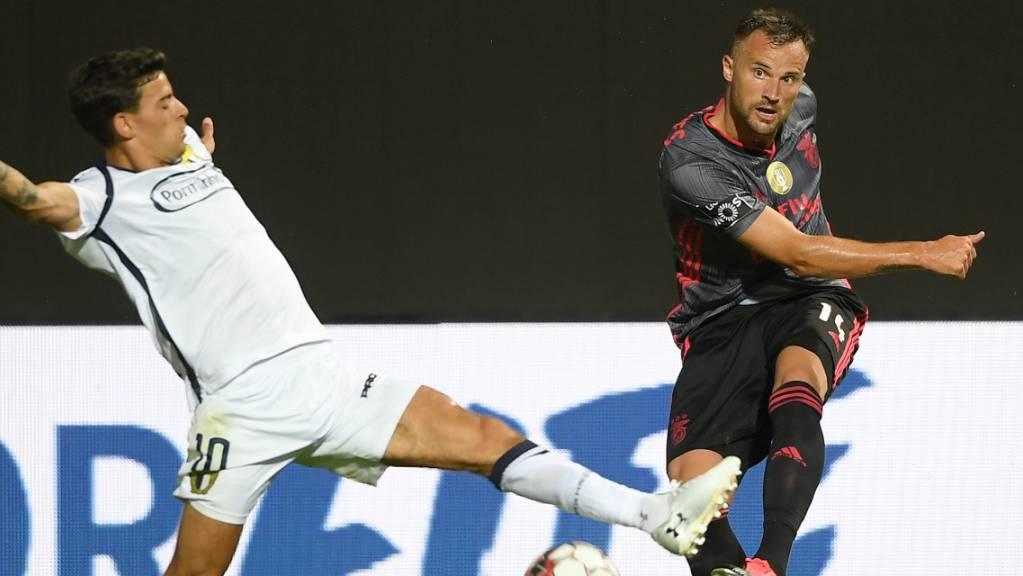 Bemüht, aber nicht erfolgreich: Benficas Schweizer Stürmer Haris Seferovic (re.) kommt gegen Famalicãos Ruben Lameiras zum Abschluss
