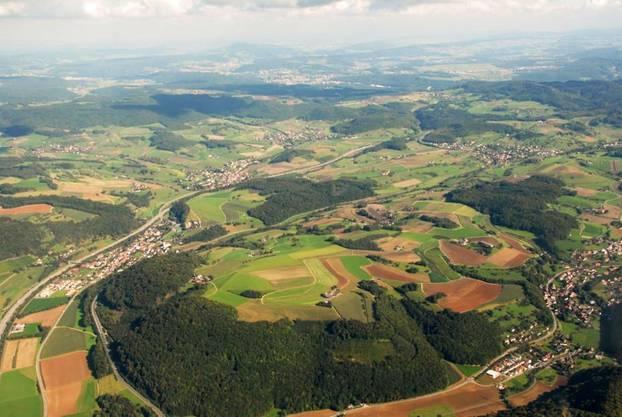 Das Obere Fricktal mit Effingen aus der Vogelperspektive: Die Gemeinde prüft mit Hornussen (links im Vordergrund) sowie Bözen und Elfingen die Fusion.