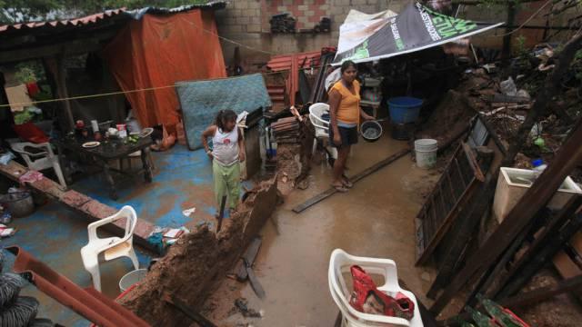 Familie in der Nähe von Acapulco in den Trümmern ihres Hauses