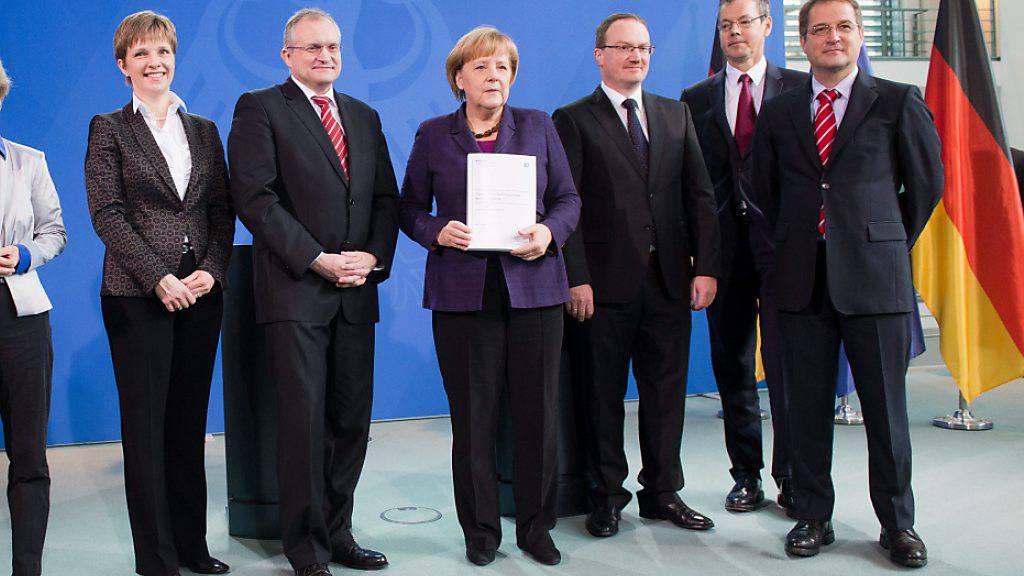 Der Ökonom Lars Feld (dritter von rechts), Chef der deutschen Wirtschaftsweisen, die die Regierung in Wirtschaftsthemen berät, ist gegen die Vergemeinschaftung von Schulden in der EU. (Archivbild)