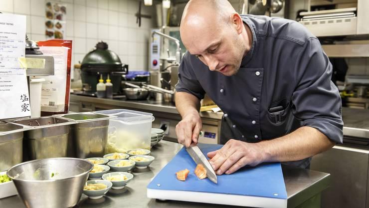 Koch Christian Härte am Sushi zubereiten