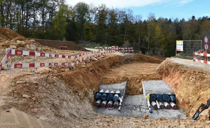 """Im Gebiet Bözberg/Riniken sind die Bauarbeiten für die Erdverkabelung am """"Gäbihübel"""" in vollem Gang. Auf einem Abschnitt von 1,3 Kilometern wird die 380-Kilovolt-Stromleitung in den Boden verlegt."""