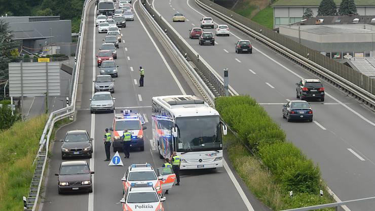 """Der Reise- und Pendlerverkehr auf der Autobahn A2 bei Balerna TI ist in der Regel dicht - die """"Radarfalle"""" hat dort nun viele Verstösse registriert."""