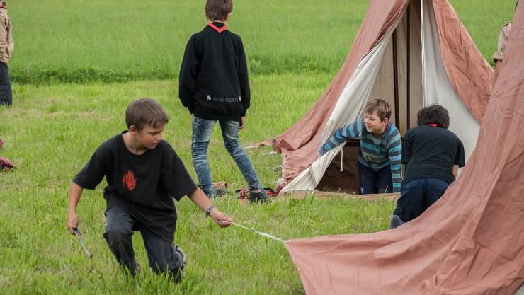 Auch Zeltaufstellen will gelernt sein: Die einen hatten ihr Nachtlager im Nu bereit, andere nahmen die Hilfe ihrer Kollegen dankbar an.