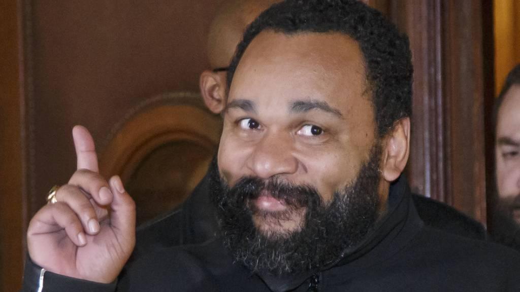 Umstrittener Komiker Dieudonné lässt Genfer Justiz warten