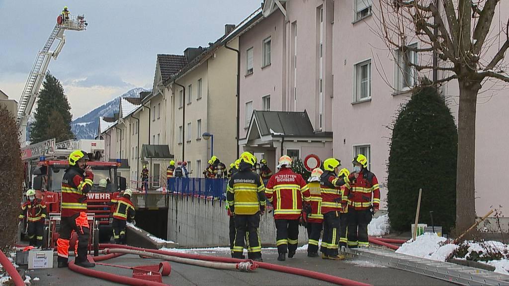 Wohnungsbrand: Feuerwehr evakuiert Haus – 60 Rettungskräfte im Einsatz