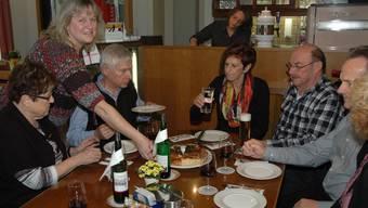 Generalprobe: Barbara Wülser bewirtet im Restaurant Sonnenblick ihre Gäste. pk