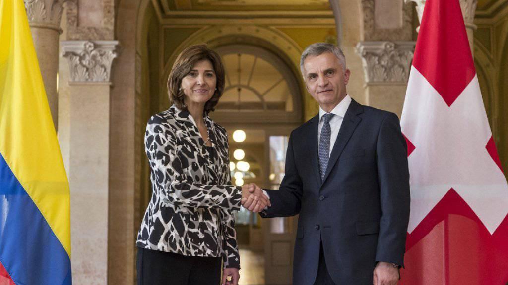 Höflichkeitsbesuch in Bern: Aussenminister Didier Burkhalter (r.) und seine kolumbianische Amtskollegin María Ángela Holguín Cuéllar posieren für die Fotografen