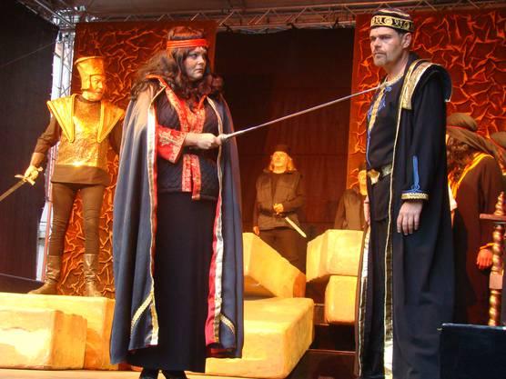 Nabucco (links) mit Abigaille, die Ismaele bedroht