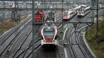 Das Bundesamt für Verkehr (BAV) hatte für die Strecke zwischen Zürich Hardbrücke und Bülach eine Mindestkapazität an Trassen für den Güterverkehr vorgesehen, was die geplante Einführung des Halbstundentaktes der S3 verunmöglicht hätte. (Symbolbild)