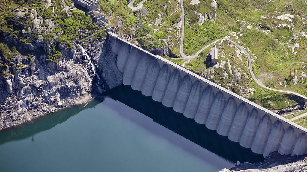 Der Staudamm des Lucendrosees. Beim Lucendrokraftwerk laufen bald die Konzessionen aus. (Archivaufnahme)