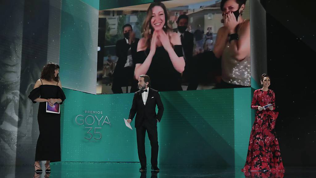 Pilar Palomero (auf dem Monitor, M), Regisseurin aus Spanien, wird für den Film «Las niñas» bei der Goya-Verleihung 2021 als «beste neue Regisseurin» ausgezeichnet. Foto: Miguel Córdoba/Academia De Ci/EUROPA PRESS/dpa