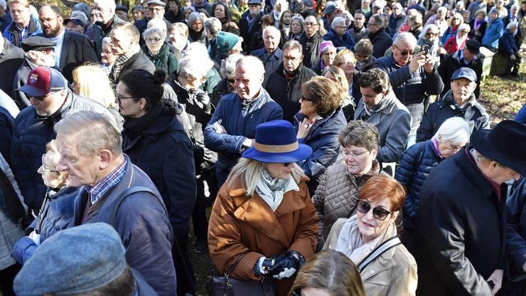 Viele Menschen sind gekommen, um den Opfern des Flugzeugabsturzes vor 50 Jahren in Würenlingen zu gedenken.