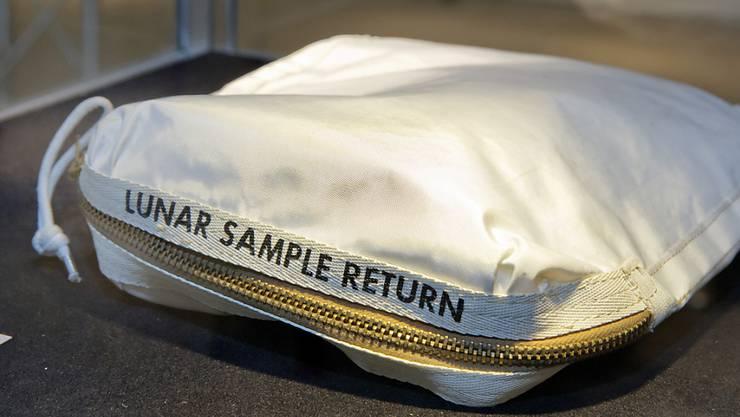 Ein Beutel mit etwas Staub vom Mond ist für 1,8 Millionen Dollar versteigert worden.  (Archivbild)