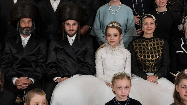 Die lächelnde Pose täuscht: Delia Mayer (rechts im schwarzgoldenen Kleid) spielt die «böse» Schwiegermutter.