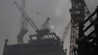 Durch den Konsum von Importgütern verursachen Schweizerinnen und Schweizer viele Emmissionen im Ausland. Im Bild: Baustelle in der chinesischen Hauptstadt Peking. (Archiv)