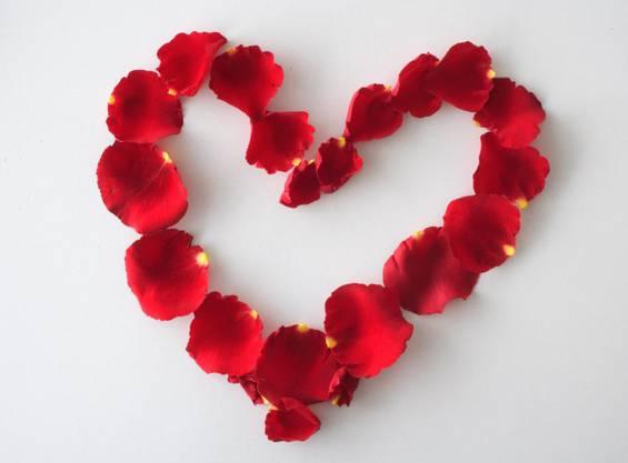 «Weil unser Stammplatz besetzt war, verwies mich die Serviertochter im «Mazot» an den Tisch nebenan, an dem schon eine junge Frau sass. Die damals übliche Kontaktfrage (1960): «Sie schaffen sicher bei der BBC?» wurde negativ beantwortet: «Nein, bei Foto Zipser». Meine nach und nach eintreffenden Freunde wunderten sich, dass der Stribi so rasch Anschluss gefunden hatte. Der gemeinsame Besuch im «Cabaret Rüeblisaft» festigte die Verbindung. Am Valentinstag, 14. Februar 1963, heirateten Marlies und Franz.»  (Marlies und Franz Streif aus Oberrohrdorf, aufgewachsen in Baden, Symbolbild)