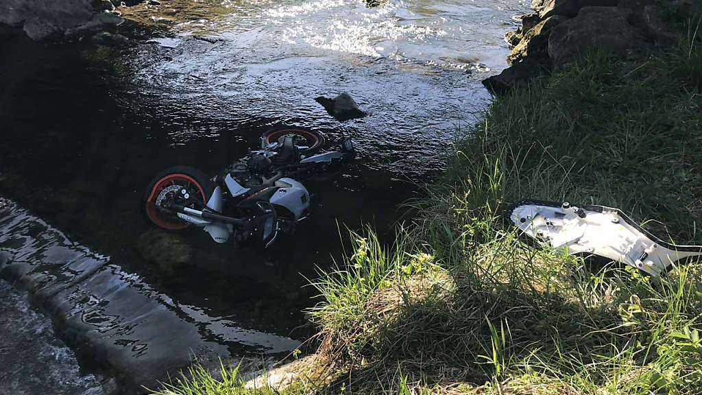 Motorradfahrer verletzt sich bei Sturz in Bachbett in Biberbrugg Schwyz