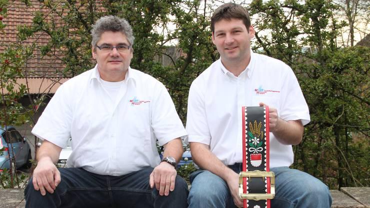 Früchtekorb und Ehrenmitgliedschaft als Lohn für die Arbeit im Vorstand: Hans Binggeli (l.) und Roland Stampfli.
