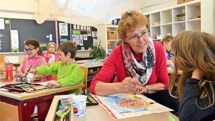 Seniorin Verena Studer hilft den Schülern der zweiten Klasse in Wolfwil beim Ausmalen von Schnecken.