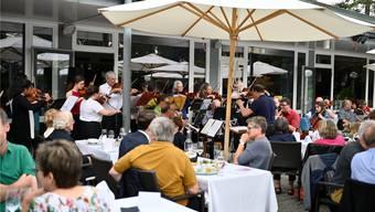 In der Tat «very british» ging es auf der Parktheater-Terrasse bei der Serenade des Stadtorchesters zu.