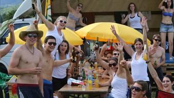 Teil der grossen und lustigen Zeltstadt: Die Gossauer haben sich ein schönes Party-Plätzli eingerichtet.