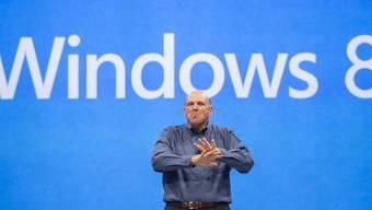Microsoft-Konzernchef Ballmer baut auf das neue Betriebssystem (Archiv)
