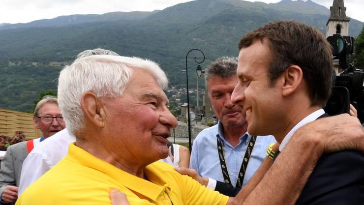 Raymond Poulidor im Juli 2017 während der Tour de France im Gespräch mit Frankreichs Präsident Emmanuel Macron