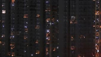 Mit Licht gegen das Coronavirus: Als Zeichen gegen die Dunkelheit in der Coronavirus-Krise sind in Indien an Fenstern, Türen oder auf Balkonen Lichter angezündet worden.