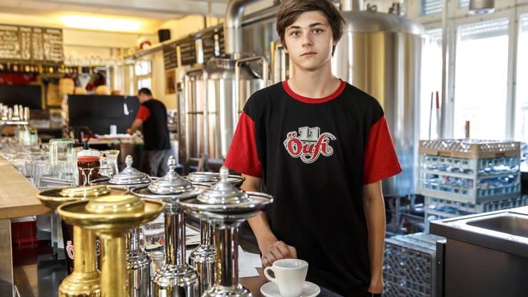 Simon Markwalder ist seit einem Monat Lehrling in der «Öufi»-Bier-Brauerei.