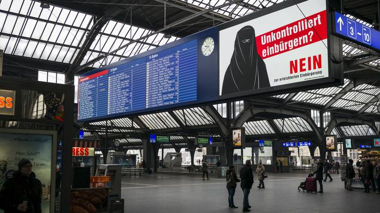 Burka-Plakat der SVP im Zürcher Hauptbahnhof.
