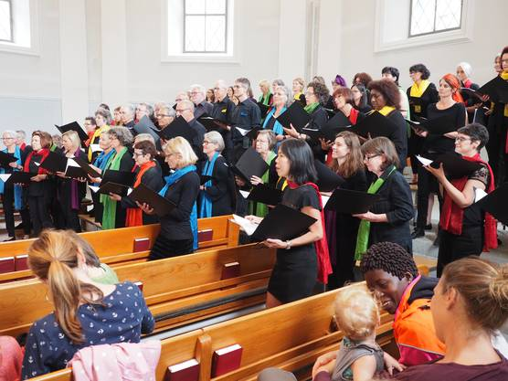Der Weltchor Baden sang zur Eröffnung des Flüchtlingstags.