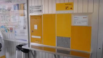 Von der Servicestelle sind nur der Briefkasten, ein Informationsblatt mit den Öffnungszeiten, aber ohne Hinweis auf die nächste Markenverkaufsstelle, und Abdeckbleche übrig geblieben.walter schwager