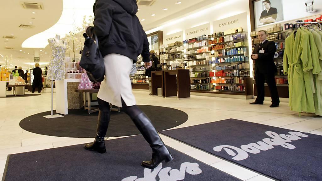 Die Corona-Krise hat im Weihnachtsgeschäft deutliche Spuren in der Bilanz der grössten deutschen Parfümeriekette Douglas hinterlassen. (Archivbild)