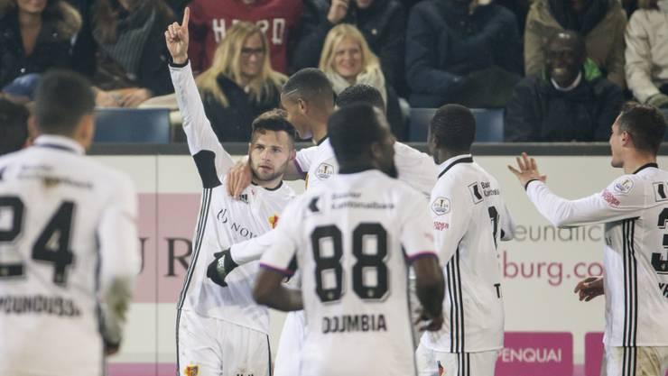 Die Basler feiern einen Treffer in Luzern