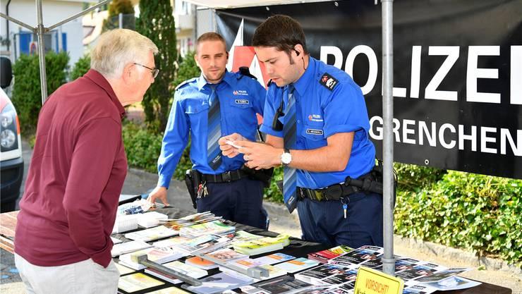 Benjamin Fusina und Kilian Messerli am Stand der Stadtpolizei.