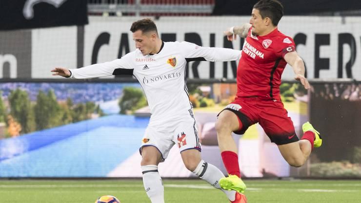Basel profitiert vom Eigentor: Xhaka Duell (links) mit Hediger.
