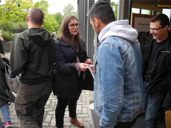 Samira Marti (zweite von links) verteilt Wahl-Kondome an Schüler des Gymnasiums Muttenz.