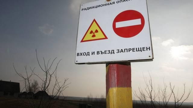 Ein Schild warnt vor der radioaktiven Gefahr in der Nähe von Tschernobyl (Archiv)