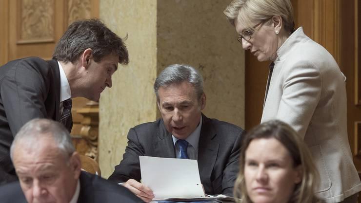 Beat Walti (FDP/ZH), Adrian Amstutz (SVP/BE) und Gabi Huber (FDP/UR) befassen sich mit der Debatte zur Umsetzung der Zweitwohnungsinitiative.
