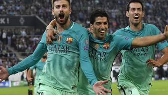 Barcelonas Innenverteidiger Gerard Piqué (links) feiert mit seinen Teamkollegen den 2:1-Siegtreffer