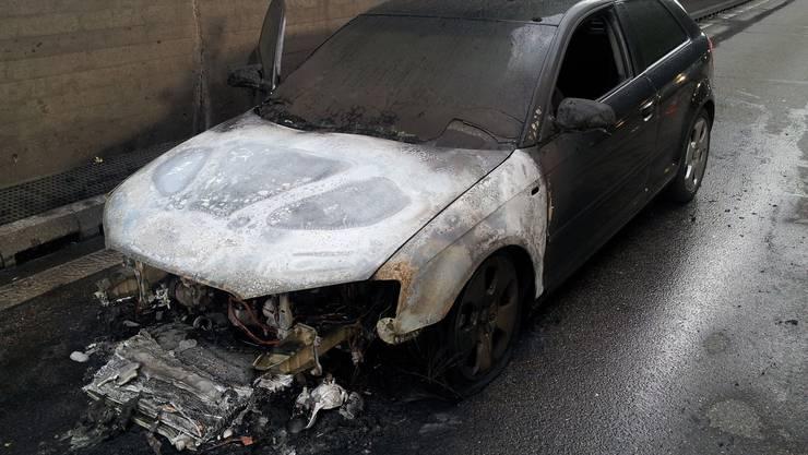 Kurz nach halb sechs am Dienstagabend ist das Auto auf der Autobahn A2 bei der Verzweigung Wiese in Brand geraten.