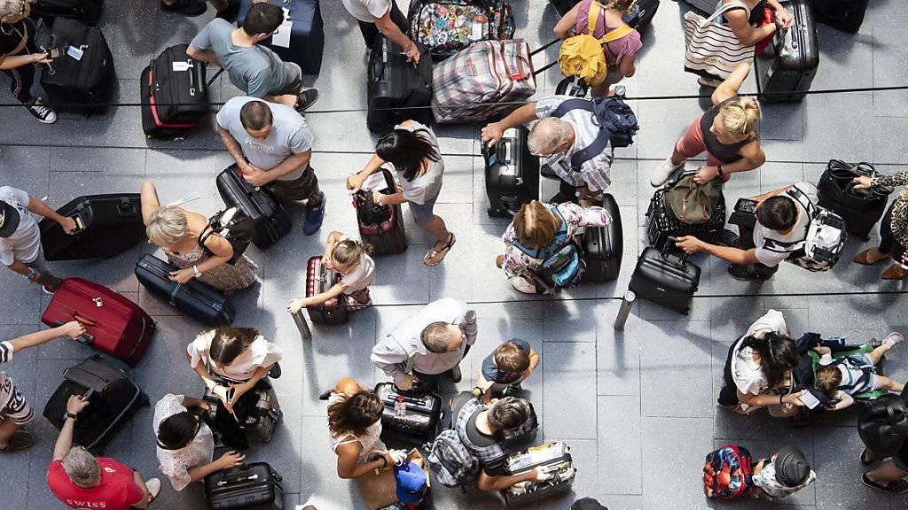 Mehr mehr Menschen können sich Flugreisen leisten. Ein Durchschnittsbürger steigt im Schnitt alle 22 Monate in ein Flugzeug. (Themenbild)