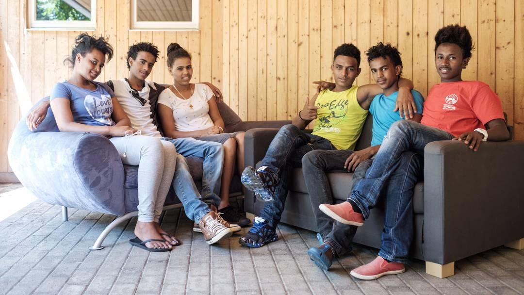 Gartenarbeit, Hausaufgaben, Zitherspiel: So leben die jugendliche Flüchtlinge in Aarau. (August 2015)