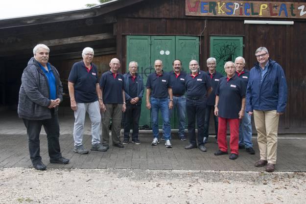 Beat Linder (Gemeindepräsident Bätterkinden, links), die fleissigen Männer des VVB und Stefan Hug-Portmann (Gemeindepräsident Biberist).