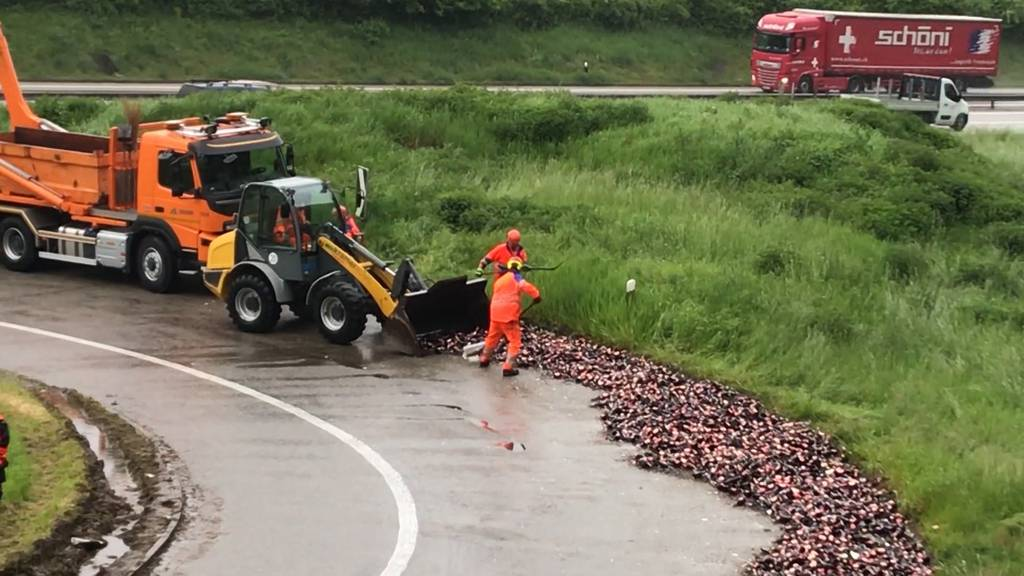 Scherbenhaufen in Rheinfelden: Lastwagen verliert 270 Harasse Bier