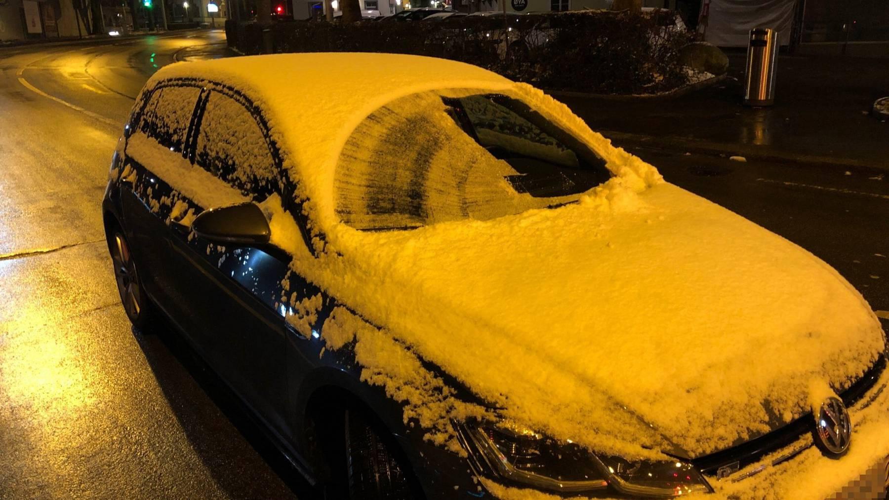 Dieses Auto hat deutlich zu viel Schnee und Eis auf den Scheiben.